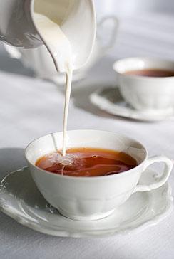 Почему разбавлять чай молоком вредно