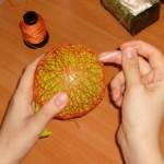Украшения своими руками: делаем новогодний ниточный шар