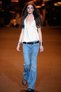 расклешенные синие джинсы