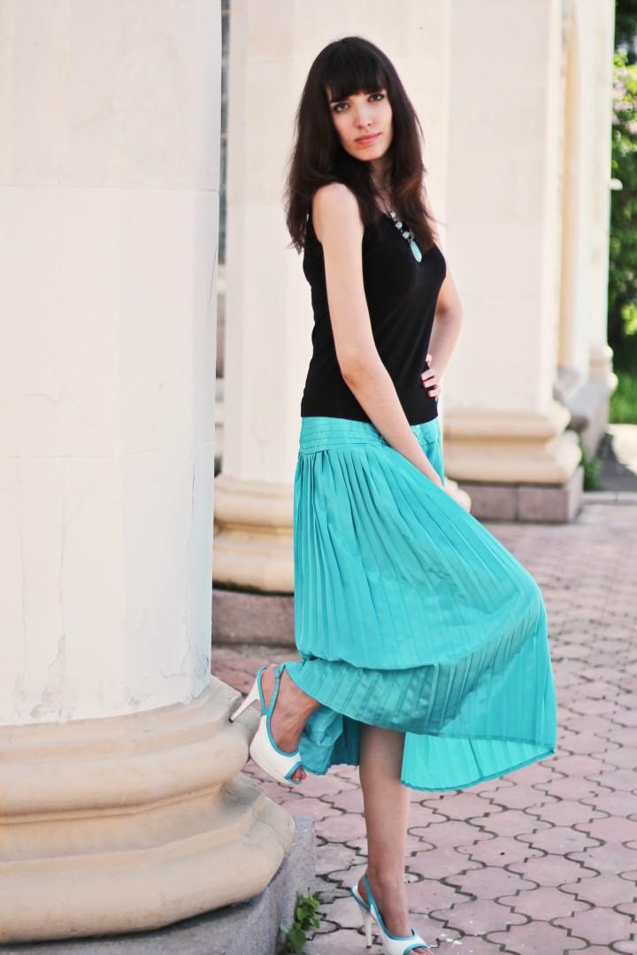 С чем носить бирюзовую юбку в пол