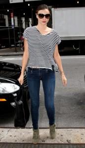 Что носить с синими джинсами фото