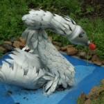 Как сделать лебедя из бутылок: украшаем приусадебный участок