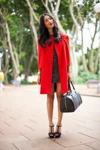 пальто красного цвета