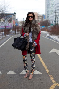красное пальто фото