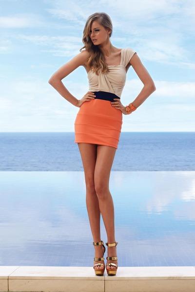 длинноногая короткая юбка-бф2