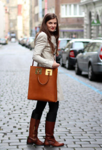 С чем носить коричневую сумку фото