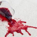 Как отстирать красное вино с разных тканей?
