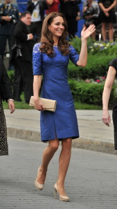 Бежевая обувь и синее платье