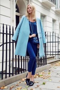 С чем носить голубое пальто фото