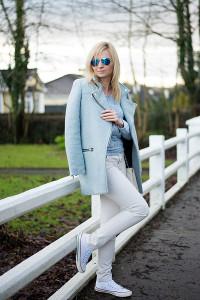 С чем носить голубое пальто