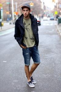 С чем носить мужские джинсовые шорты фото